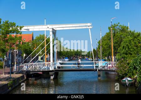 Femme Vélo Cycliste sur le pont-bascule à la verticale, lever le pont-levis sur Edam, voie navigable du canal, les Banque D'Images