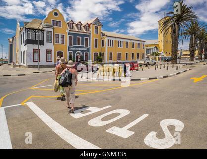 Touristes traversant la rue à Walvis Bay, Namibie, Afrique