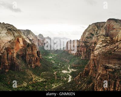 La vue depuis le haut de Angel's Landing, dans l'Utah Zion National Park Banque D'Images