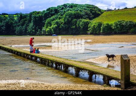 Un pont traversant une rivière à marée basse de l'estuaire à Cornwall.