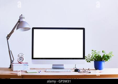 Beau travail, ordinateur avec écran vide blanc vide, accueil office interior Banque D'Images