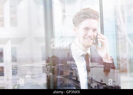 Double exposition de business man par téléphone et toits de Londres vue panoramique, paysage urbain Banque D'Images