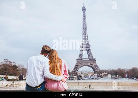 Couple romantique à la tour Eiffel à Paris, l'arrière-plan de miel Banque D'Images