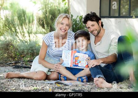 Les parents avec enfant qui apprend à lire, portrait Banque D'Images