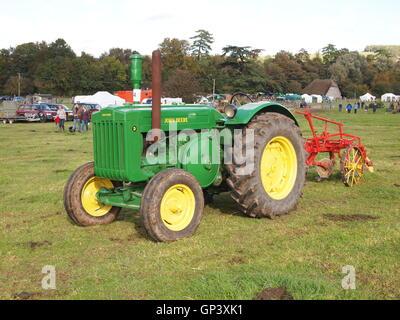 Vintage tracteur John Deere vert avec roues jaune et rouge d'un outil équipé à l'arrière Banque D'Images