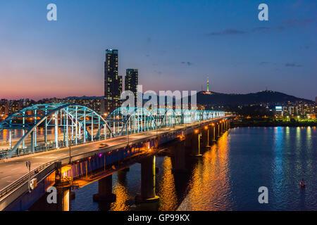 La nuit de Séoul, Corée du Sud à l'horizon de la ville Pont Dongjak rivière Han à Séoul, Corée du Sud. Banque D'Images
