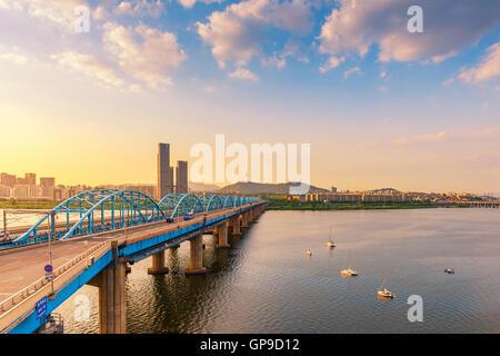 Coucher du soleil de pont Dongjak et Han River dans la ville de Séoul, Corée du Sud. Banque D'Images