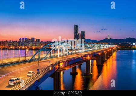 Pont Dongjak et Han River dans la ville de Séoul , Corée du Sud. Banque D'Images