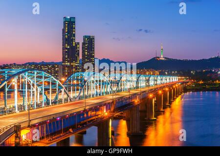 Séoul Corée,la nuit, de Corée du Sud à l'horizon de la ville Pont Dongjak rivière Han à Séoul, Corée du Sud. Banque D'Images