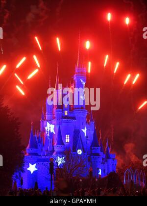 Orlando, Floride. Février 19th, 2013. Le Château de Cendrillon de Walt Disney World dans le royaume magique illuminé Banque D'Images
