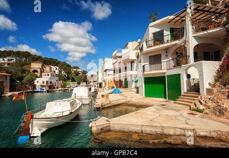 Villas espagnoles traditionnelles blanches à Cala Figuera sur la mer Méditerranée, Majorque, Espagne Banque D'Images