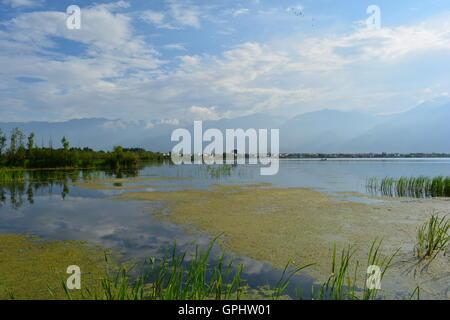 Lac avec ciel nuageux la réflexion, au comté de Dali, Yunnan Province, China. Banque D'Images