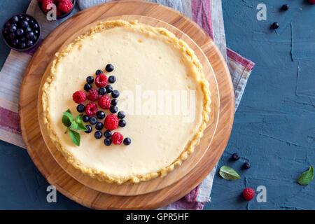 Gâteau au fromage fait maison avec les baies fraîches et de menthe pour le dessert Banque D'Images