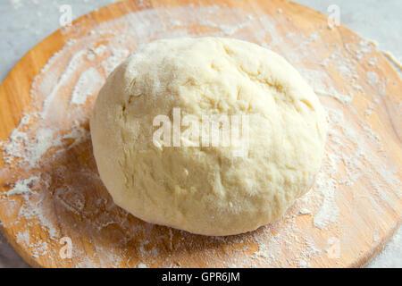 Pâte à pizza maison brut on cutting board Banque D'Images