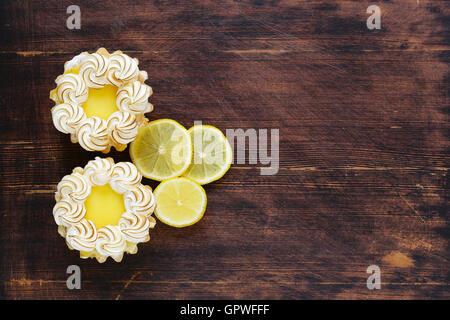 Tartelette à la crème de citron et meringue sur une table Banque D'Images
