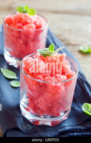 Granité de fraises à la menthe (desserts congelés) en partie verres close up