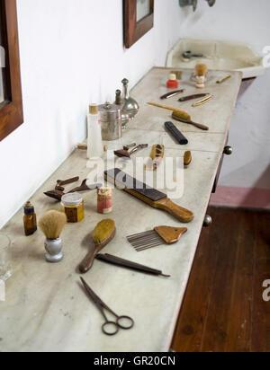 Une gamme d'outils de coiffure antique. Affiche sur le plateau en marbre collection comprend des brosses, ciseaux, Banque D'Images