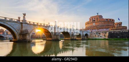 Château de Saint Ange Saint Ange et pont sur le Tibre à Rome au coucher du soleil. Banque D'Images