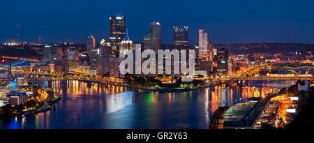 Pittsburgh skyline panorama.. Image panoramique de Pittsburgh skyline at night. Banque D'Images