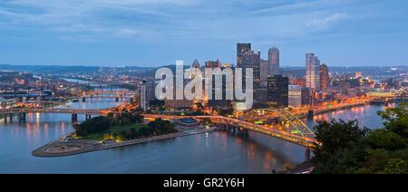Pittsburgh skyline panorama. Image panoramique de Pittsburgh skyline at night. Banque D'Images