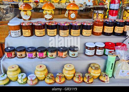Produits régionaux sur l'étal de shop La Chaise-Dieu Haute-Loire Auvergne France Banque D'Images