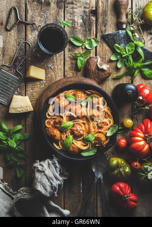 Les pâtes italiennes spaghetti à la sauce tomate et boulettes de viande Banque D'Images