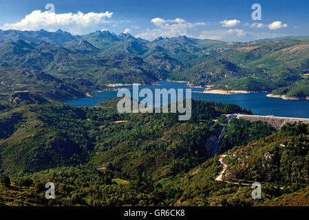 Portugal: le vert des montagnes et le lac bleu dans le Parc National Peneda Geres Banque D'Images