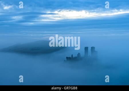 Smokey matin à Corfe Castle Banque D'Images