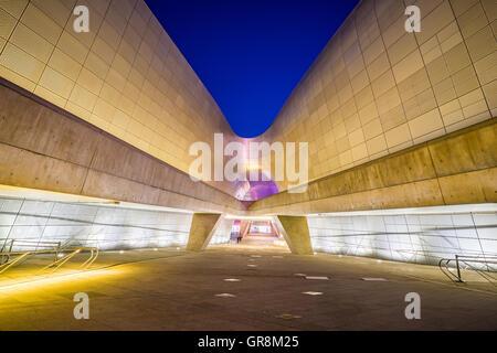 Séoul, Corée du Sud- 7 décembre 2015: la conception de Dongdaemun Plaza, également appelé le DDP, est un important Banque D'Images