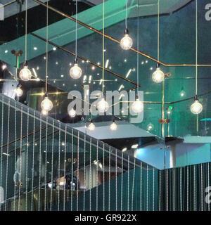 Ampoules lumineux suspendus dans la construction Banque D'Images
