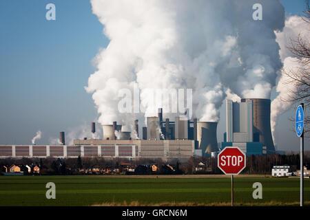 Usine de charbon obsolètes Niederaußem avec panneau d'arrêt Banque D'Images
