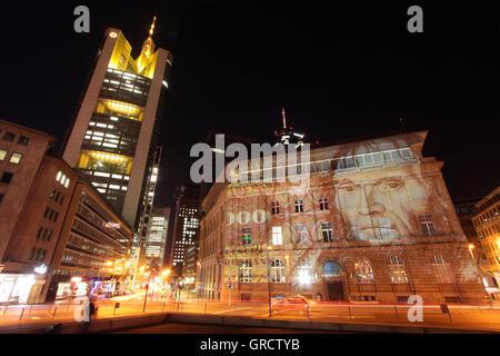 La Façade illuminée de la Deutsche Bank avec Mark Bill Pendant Luminale 2016 à Francfort Banque D'Images