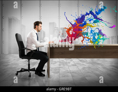 Concept de l'entreprise créative avec man with laptop