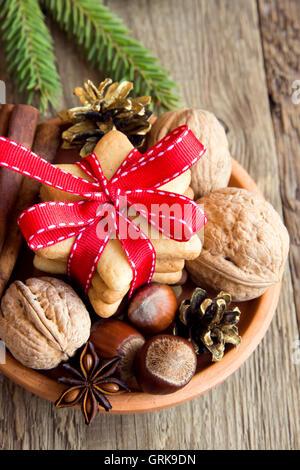 Christmas gingerbread cookies, noix et d'épices sur fond de bois rustique, copy space Banque D'Images