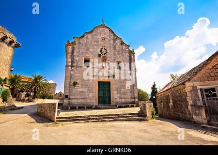 Village de Stuck in the Middle (single) et l'église vue sur place, l'île de Brac, Dalmatie, Croatie Banque D'Images