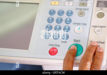 Les doigts en appuyant sur les boutons d'affichage Gros plan sur photocopieur Banque D'Images
