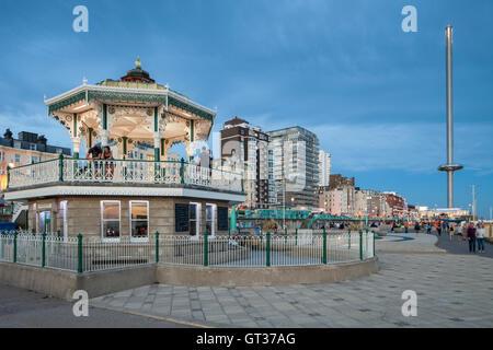 Soir d'été au kiosque sur le front de mer de Brighton, East Sussex, Angleterre, Royaume-Uni. Banque D'Images