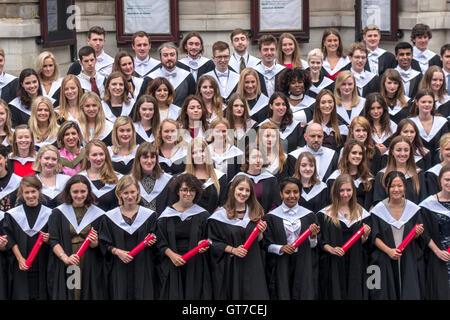 L'Université d'Édimbourg le jour de graduation. Heureux finissants qui pose pour la photo de groupe officielle Usher Hall extérieur.