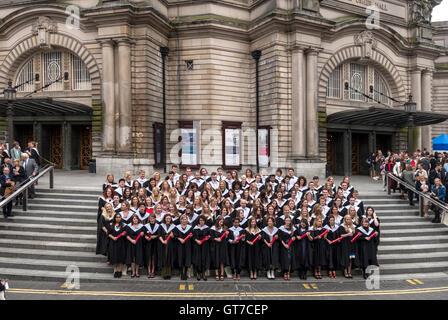 L'Université d'Édimbourg le jour de graduation. Les finissants qui pose pour une photo de groupe à l'extérieur de Usher Hall.