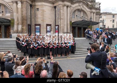 L'Université d'Édimbourg le jour de graduation. Famille, parents et photographe officiel de la prise de vue d'étudiants en dehors de Usher Hall.