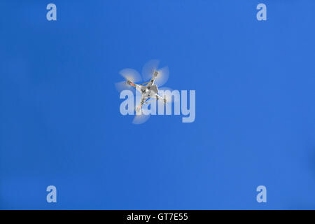 Télécommande RC drone quadcopter volant au-dessus Banque D'Images