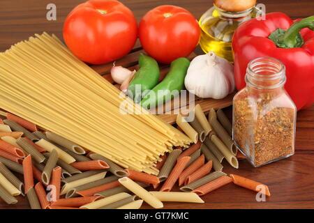 Ingrédients pâtes. Les tomates cerise, les pâtes spaghetti, romarin et d'épices sur une mine de plomb Banque D'Images