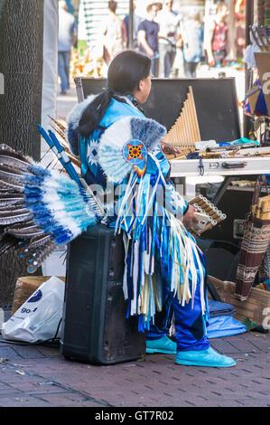 Musicien dans l'Amérique autochtone traditionnelle robe, Market Place, Carlisle, Cumbria, Angleterre