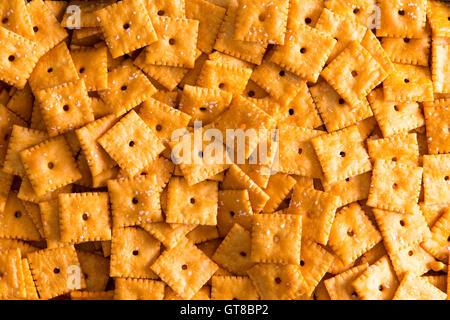 Place de texture de fond Craquelins au fromage avec des trous centraux disposés en une couche vue close up image Banque D'Images