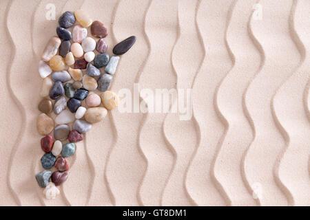 Galets colorés création site de l'Argentine à l'aide de l'agate lisse et quartzite pierres décoratives sur le sable Banque D'Images