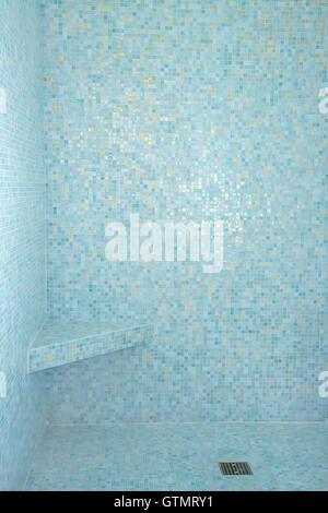 Aqua bleu carreaux de mosaïque à l'intérieur de douche baignoire Banque D'Images