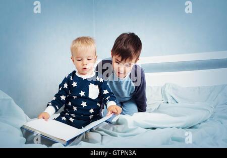Les enfants de sauter sur le lit Banque D'Images