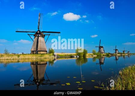 Moulin à vent hollandais à un canal, Kinderdijk, Alblasserwaard polder, Hollande méridionale, Pays-Bas Banque D'Images