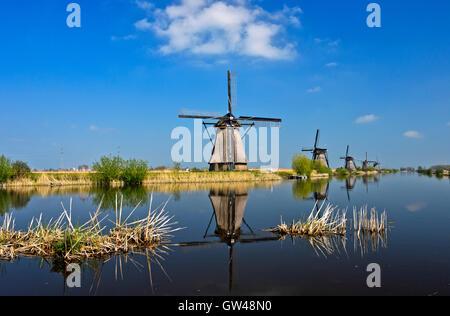 Moulins à vent hollandais à un canal, Kinderdijk, Alblasserwaard polder, Hollande méridionale, Pays-Bas Banque D'Images
