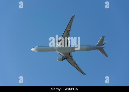 Boeing 777-367 de Cathay Pacific(ER) avions qui décollent de l'aéroport de Heathrow, Londres, Angleterre, Royaume Banque D'Images
